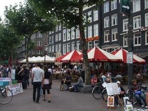 het rembrandtplein in amsterdam is de plek voor uitgaan, bioscoopje pakken of op een terrasje te zitten